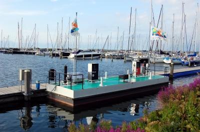 Yachthafen in Flevoland (Holland), Motoryacht-Tankstelle