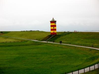 Pilsum Leuchtturm vom Weg hinter dem Deich aus gesehen