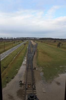 Rampe im Vernichtungslager Auschwitz-Birkenau im Regen