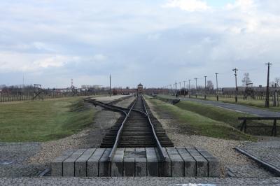 Rampe im Vernichtungslager Auschwitz-Birkenau - Richtung Haupthaus