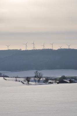 Windmühlen in Winterlandschaft