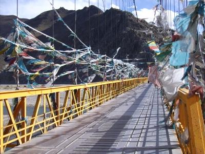 Tibet - Brücke mit Gebetsfahnen