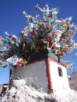Tibet - Gebäude mit Gebetsfahnen