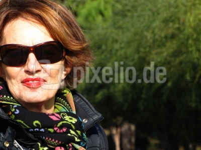 Seniorin mit Sonnenbrille