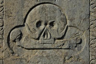 Totenschädel auf altem Steinkreuz (von 1667)