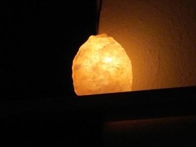 gemütliche Salzkristall-Tischlampe....