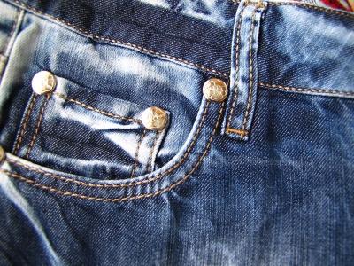Jeans-Details Nieten und Nähte