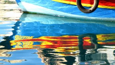 farbkäftige Spiegelung im Hafen