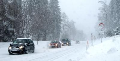 PKWs im Schneetreiben