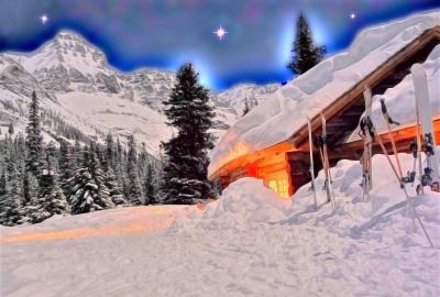 leuchtender Winterhimmel mit bergiger Skihütte...