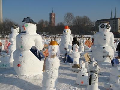 Demonstration der Schneemänner gegen die Erderwärmung
