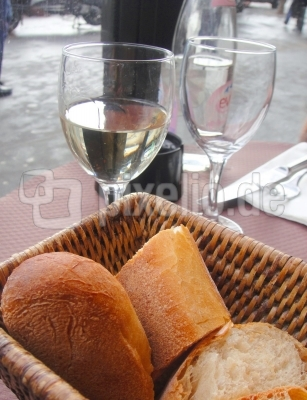 Weisswein und Baguette