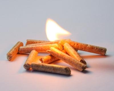 Brennende Holzpellets