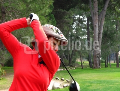 Golferin in Rot