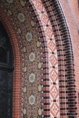 Neogotische Ornamente an Kirchenportal (Detail)