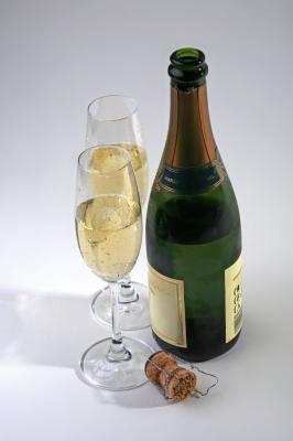 Cremont-Flasche mit 2 Gläsern und Korken