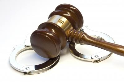 Richterhammer mit Handschellen