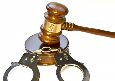 Urteil mit Handschellen