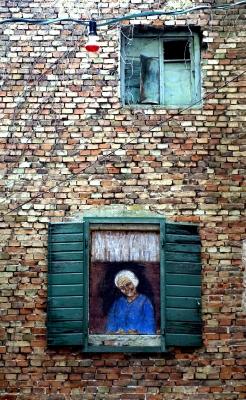 Oma schaut aus dem Fenster