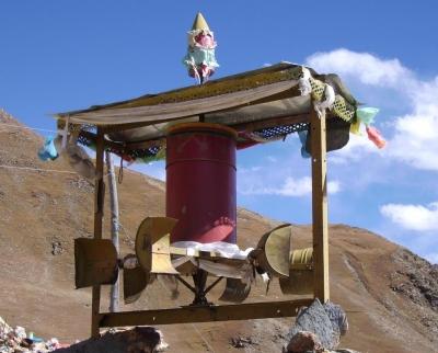 Tibet - Windbetriebene Gebetsmühle