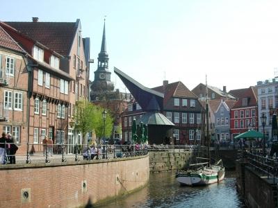 Hansestadt Stade im Alten Land - Der Fischmarkt mit Kran und Kirche