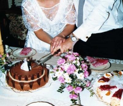 Die Hochzeitstorte wird angeschnitten