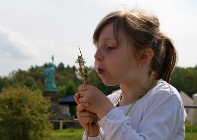 Kinder lieben Pusteblumen