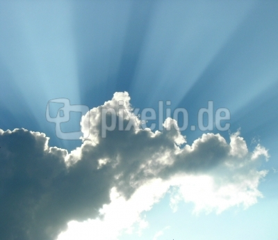 Sonnenstrahlen hinter Wolke