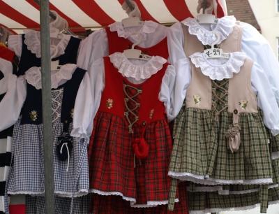 Trachtenkleidchen am Marktstand
