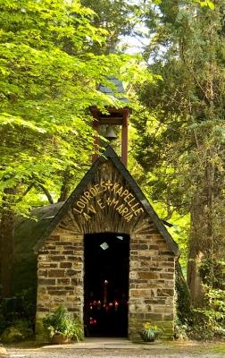 Lourdes-Kapelle im Wald