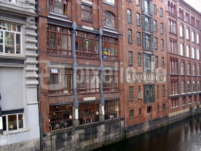 Hausfassaden an einem  Kanal in Hamburg