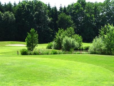 Golfplatz mit Wasserhindernis und Sankbunker