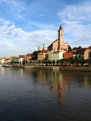Passau Altstadt mit Kirche Sankt Paul und Stephansdom hoch