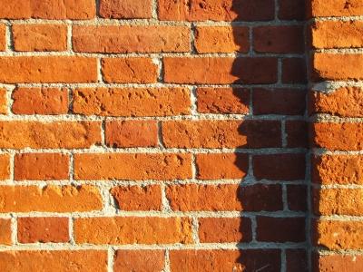 Backstein-Mauer mit Schatten
