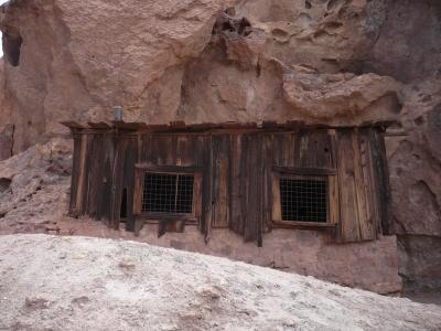 Holzhütte im Felsen