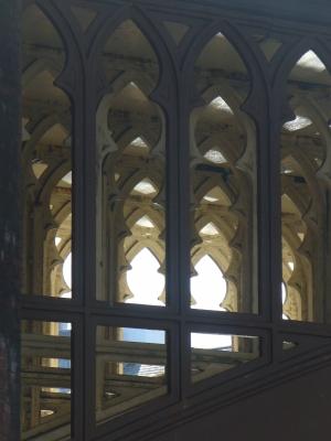Kathedrale oder Eisenbahnbrücke?