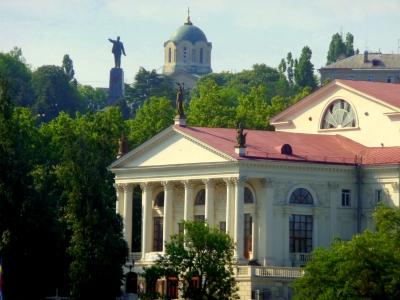 Blick auf den zentralen Stadthügel  mit Lenindenkmal und Wladimir-Kathedrale