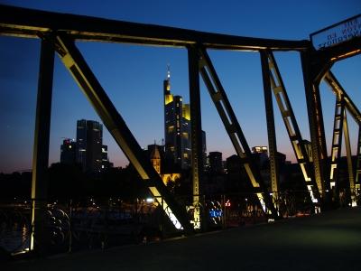Alte Mainbrücke vor neuer Welt