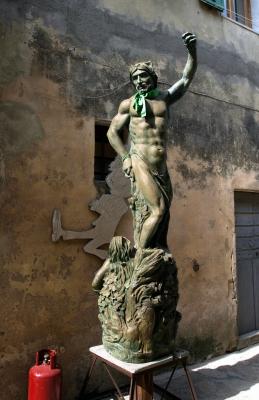 Statue - nackter Mann mit grünem Halstuch