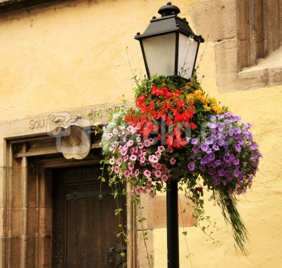 Laterne mit sommerlichem Blumenschmuck