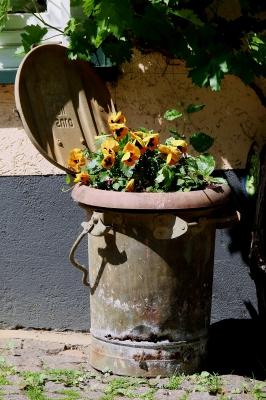 Mülltonne als Vorgarten-Deko