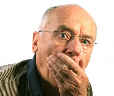 Senior erstaunt - Hand vor Mund