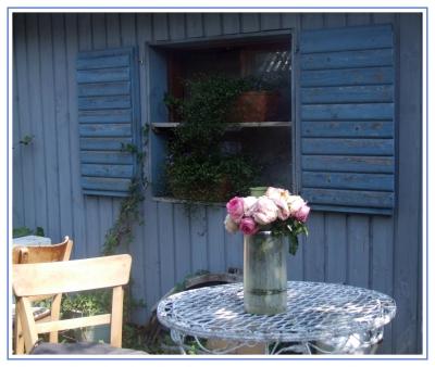 Cafetisch mit Rosen