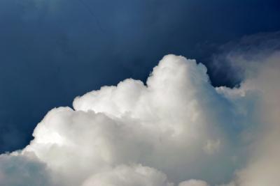 dunkelblauer Himmel und Wolken