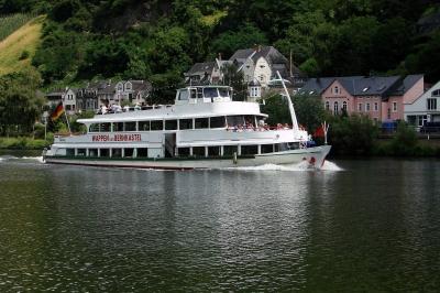 Mosel-Schiffahrt bei Bernkastel-Kues