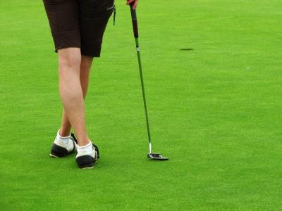 Golferin auf dem Grün