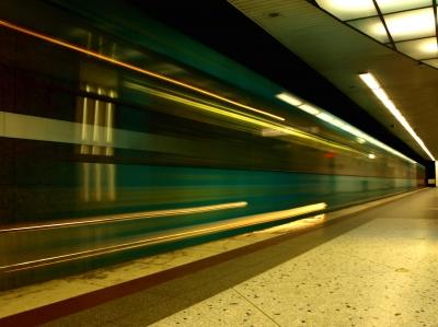 U-Bahn fährt ein....