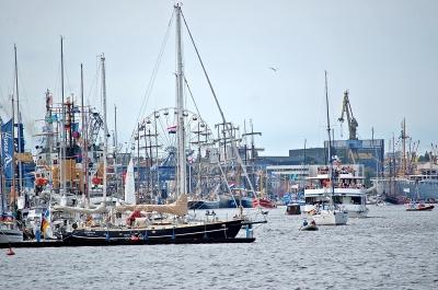 Buntes Treiben im Rostocker Stadthafen