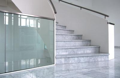 Treppenhaus Marmor und Glas