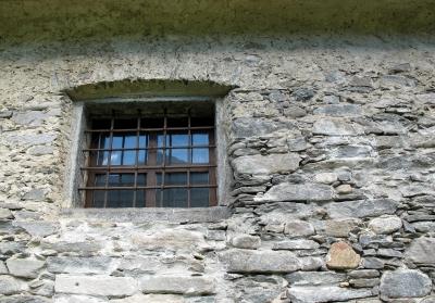 Altes Fenster - in altem Gemäuer